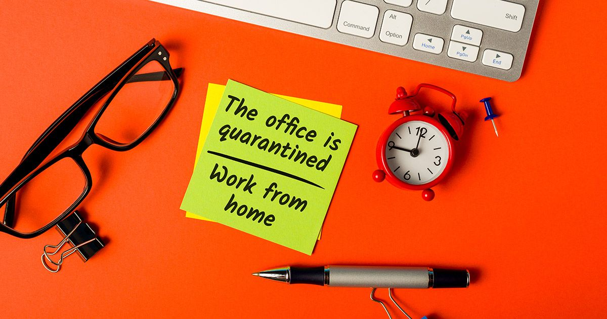 Desk accessories with post-it note with text saying
